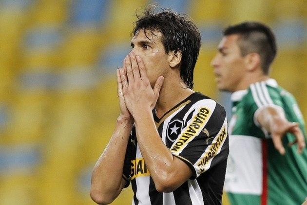 ZEBALLOS - O atacante paraguaio Zeballos foi contratado pelo Botafogo após atuações de destaque no Nacional, do Paraguai. Iniciou bem o ano de 2014, mas logo caiu no ostracismo. Após sair, atacante processou o Botafogo. Fez 36 jogos, marcando nove gols