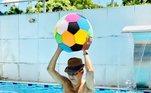 As imagens do cantor na piscina, quase sempre, viram memes divertidos nas redes sociais. No dia 31 de janeiro, o sambista aproveitou o domingão de 40 graus em Xerém, no município de Duque de Caxias, no Rio de Janeiro, para curtir a piscina com os netos e sobrinhos