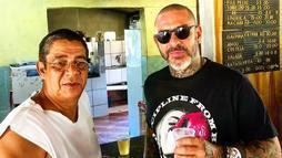 Zeca Pagodinho apresenta Xerém ao chef Fogaça com direito a cerveja gelada (Reprodução/Instagram)