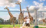 Ele posou até com a esposa em frente às girafas (agradecendo pelo apoio em tudo!), claramente a espécie favorita dele, pela frequência com que estrelam as fotos deleNÃO PERCA:Furão sobrevive após sofrer 100 minutos em ciclo de lavadora