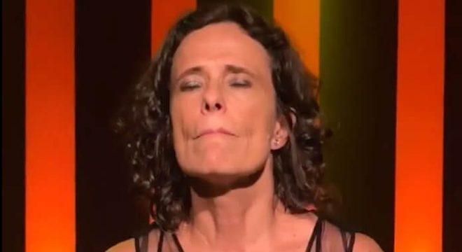 Zélia Duncan transmite show sem plateia após cancelamento por coronavírus