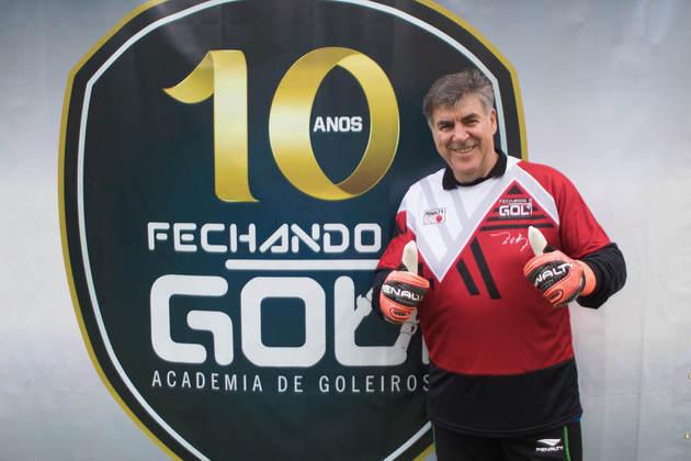 ZETTI - Encerrou a carreira de goleiro em 2001 e depois foi treinador. Atualmente é dono de uma escolinha de goleiros, a Fechando o Gol, e atua também como comentarista na TV. Está com 55 anos.