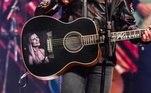Luciano usou o famoso violão, com o desenho do retrato da esposa Flávia Camargo