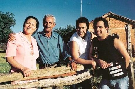 Zezé Di Camargo e Luciano ao lado dos pais