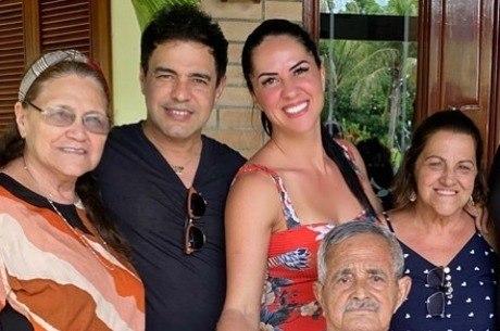 Zezé posou com a família para celebrar melhora do pai