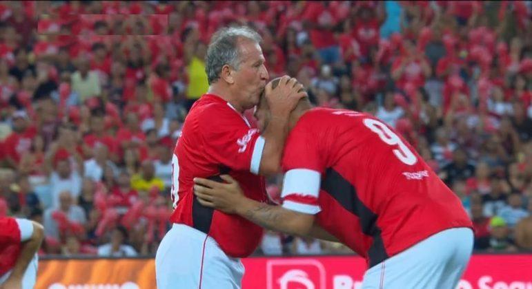 """Zico sempre foi 'fã' de Adriano. Resume a carreira do atacante. """"Um desperdício"""""""