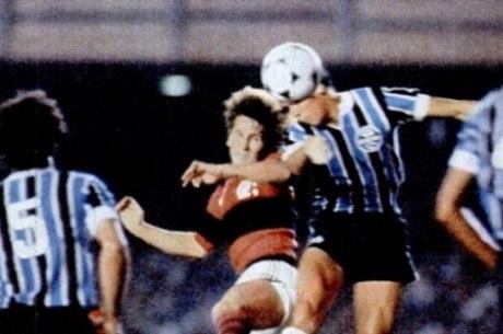 Zico contra o Grêmio, na final do Brasileiro de 82