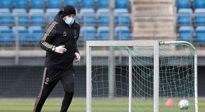 Zidane dá treinos no Real Madrid de máscara e luvas