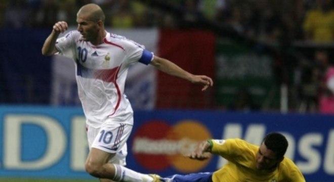 Zidane passa por Lúcio na vitória da França