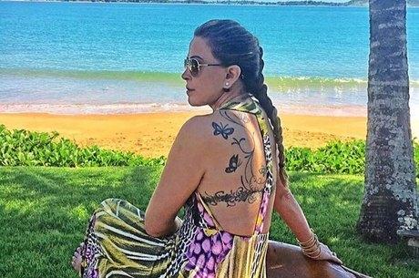No clique, Zilu exibe tatuagem nas costas