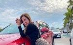 São vários os registros em que a ex-mulher de Zezé aparece ao lado de carros de luxo