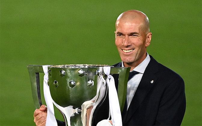 Zinédine Zidane – francês – 49 anos – sem clube desde que deixou o Real Madrid, em junho de 2021 – principais feitos como treinador: conquistou três Ligas dos Campeões (Real Madrid), dois Campeonatos Espanhóis (Real Madrid) e dois Mundiais (Real Madrid).