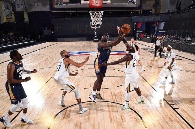 Zion Williamson (New Orleans Pelicans) vai para a bandeja contra o Utah Jazz. O ala-pivô anotou 13 pontos em 15 minutos, após não participar de vários treinamentos. Williamson precisou deixar a bolha em Orlando, mas voltou em tempo de passar por nova quarentena, mas sem suas melhores condições físicas, teve seus minutos limitados
