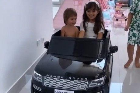 Zoe brincou no carro com a prima