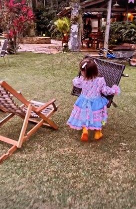 E antes que a festa começasse, a pequena colocou a mão na massa e ajudou na arrumação do local