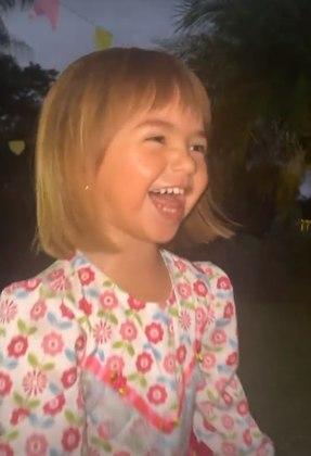 Ao anoitecer, perto de uma fogueira, Zoe dançou e sorriu