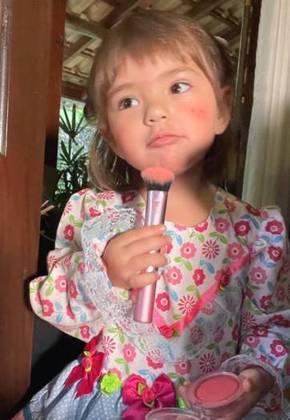 Foi a própria filha da apresentadora que cuidou dos detalhes finais da maquiagem