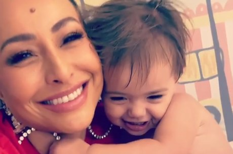 Sabrina curte brincadeira com a filha, Zoe