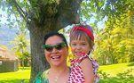 Em foto mais recente, ao lado da vovó, Kika Sato, Zoe está um charme vestida com maiô estampado e com mangas babado. Uma verdadeira musinha do verão