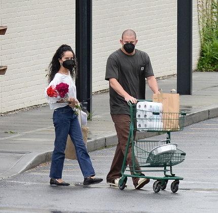 Os dois astros de Hollywood chegaram a perceber a presença de fotógrafos no estacionamento do mercado