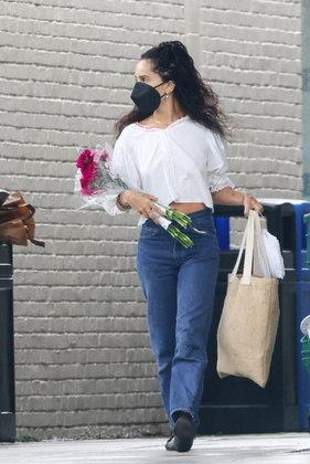 A atriz foi fotografada também com uma flor nas mãos ao sair do mercado na companhia do ator