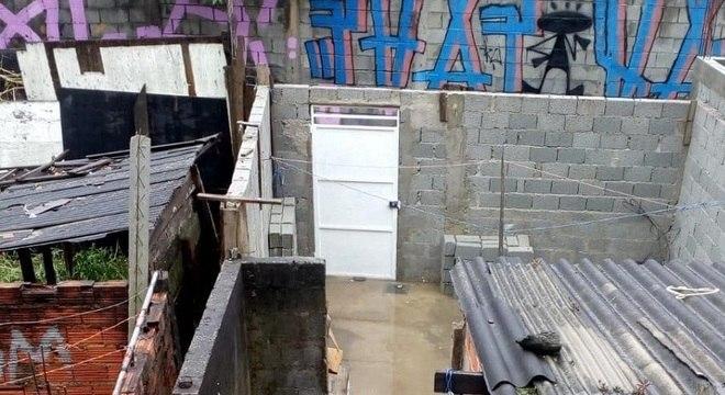 Muro fez com que água de esgoto fosse às casas de moradores da viela