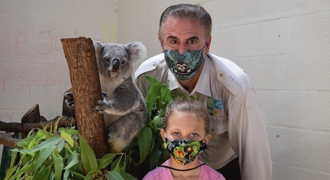 Jadyn Blanco, Ron Magill e um coala durante a visita