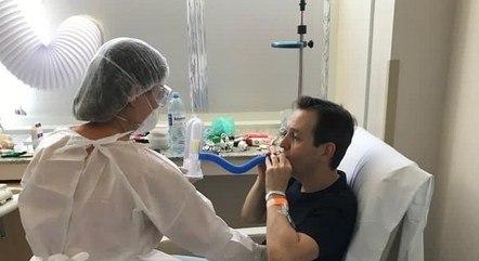 Apresentador postou foto de tratamento no hospital