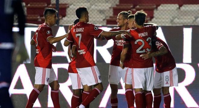 Jogadores do River comemoram gol de Zuculini contra o Nacional